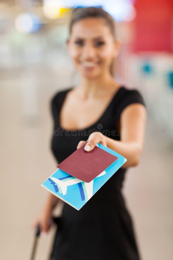 Affärskvinna som framlägger biljetten royaltyfria bilder