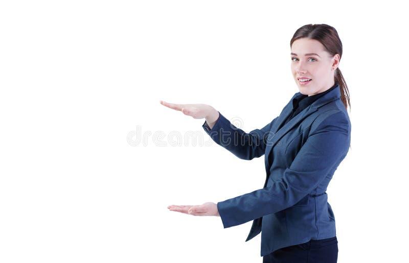 Affärskvinna som framlägger en copyspace som isoleras på vit bakgrund royaltyfri fotografi