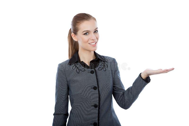 Affärskvinna som framlägger en copyspace. Isolerat på den vita backgroen royaltyfria foton