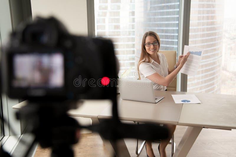 Affärskvinna som framlägger finansiell statistik på kamera arkivbilder