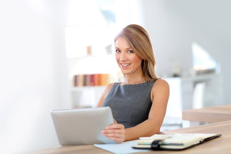 Affärskvinna som fungerar med tableten fotografering för bildbyråer