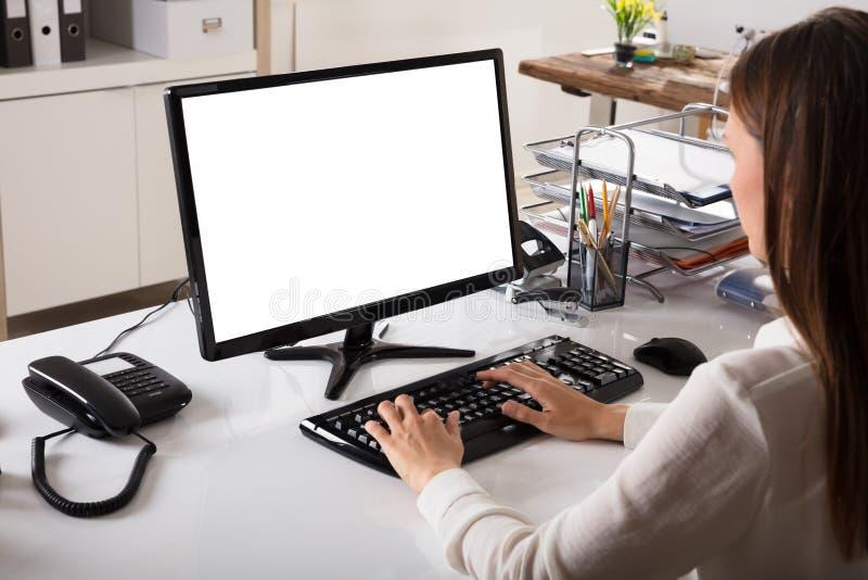 Affärskvinna som fungerar på datoren arkivfoto