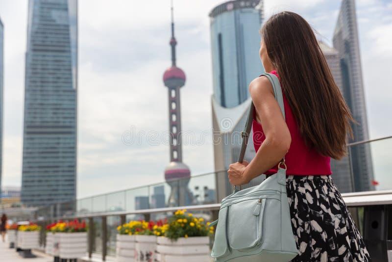 Affärskvinna som går att pendla som arbetar i den Shanghai staden, Kina Kvinnan för livsstilen för det turist- loppet pendlar den royaltyfri bild