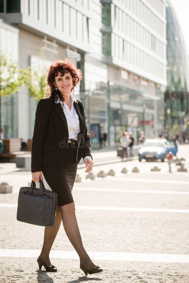 Affärskvinna som går gatan royaltyfria bilder