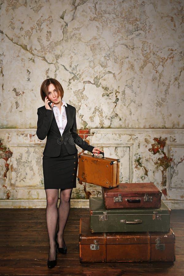 Affärskvinna som går på tur och talar på mobiltelefonen arkivfoto