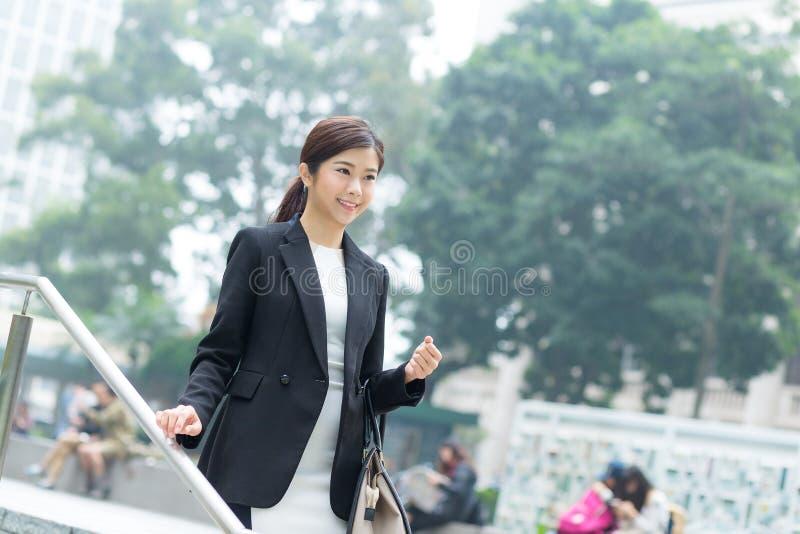 Affärskvinna som går på utomhus- royaltyfri bild
