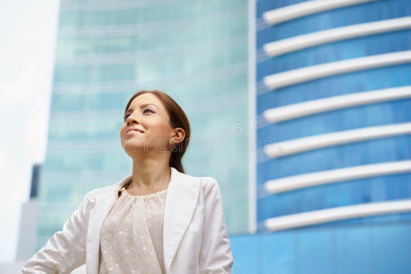 Affärskvinna som går stolt stadskontorsbyggnad royaltyfria foton