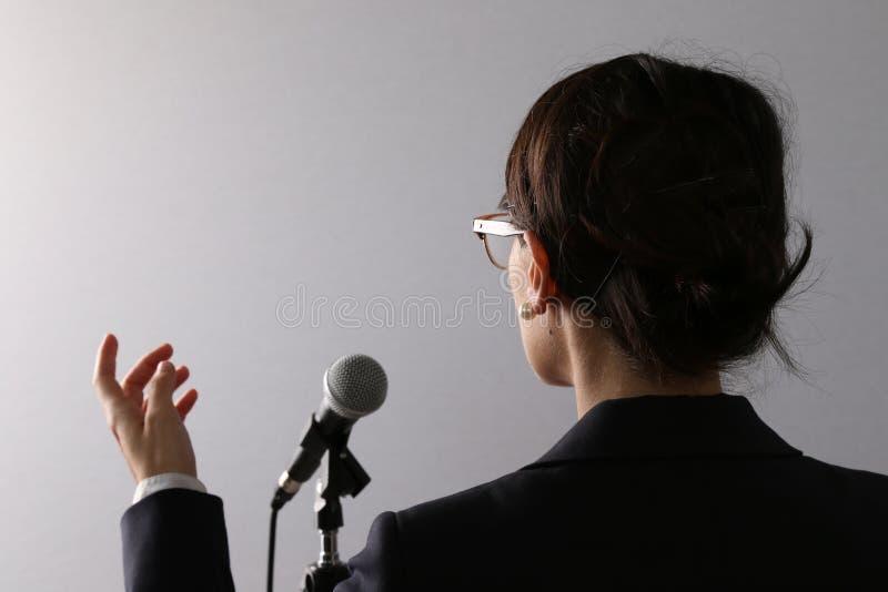 Affärskvinna som ger en presentation eller ett anförande arkivfoton