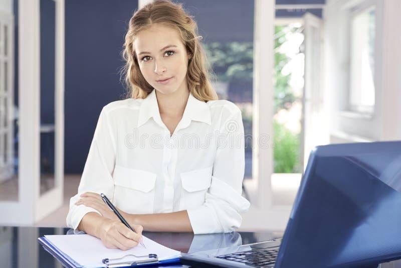 Affärskvinna som hårt arbetar i kontoret fotografering för bildbyråer