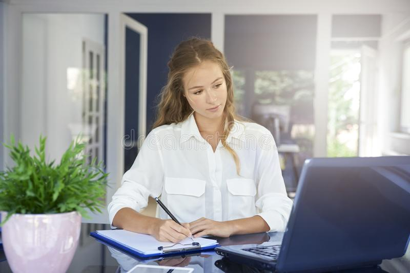 Affärskvinna som hårt arbetar i kontoret arkivfoto