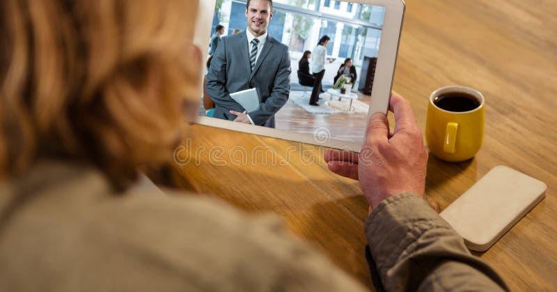 Affärskvinna som har den videopd appellen med kollegan på minnestavlaPC arkivfoton