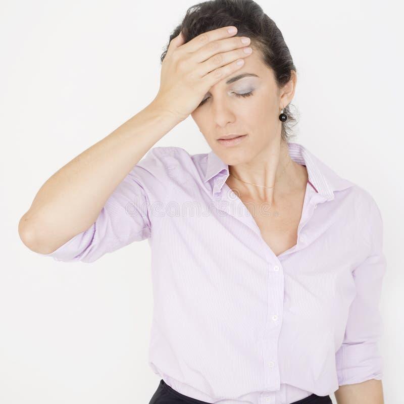 Affärskvinna som har huvudvärk arkivfoton