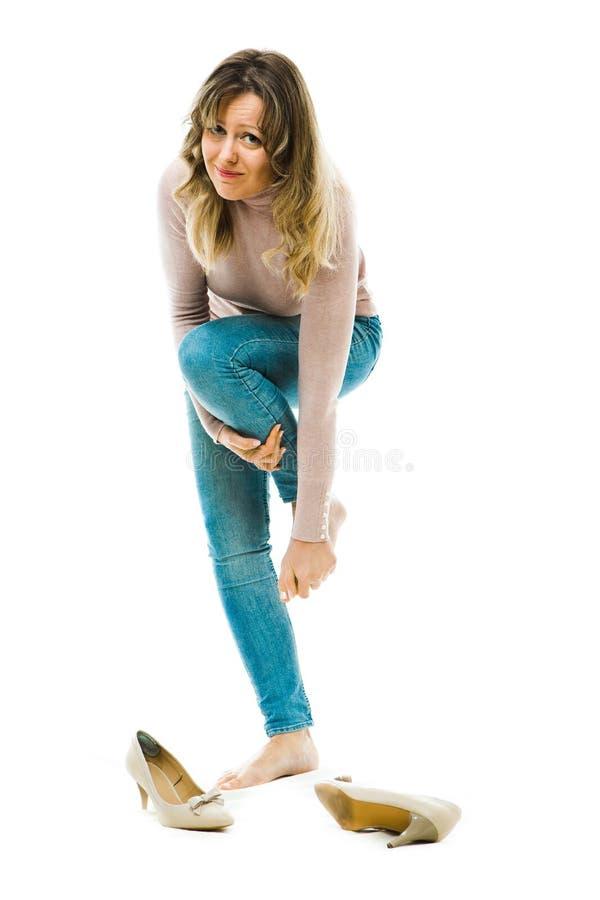 Affärskvinna som har obekväma höga häl arkivfoto