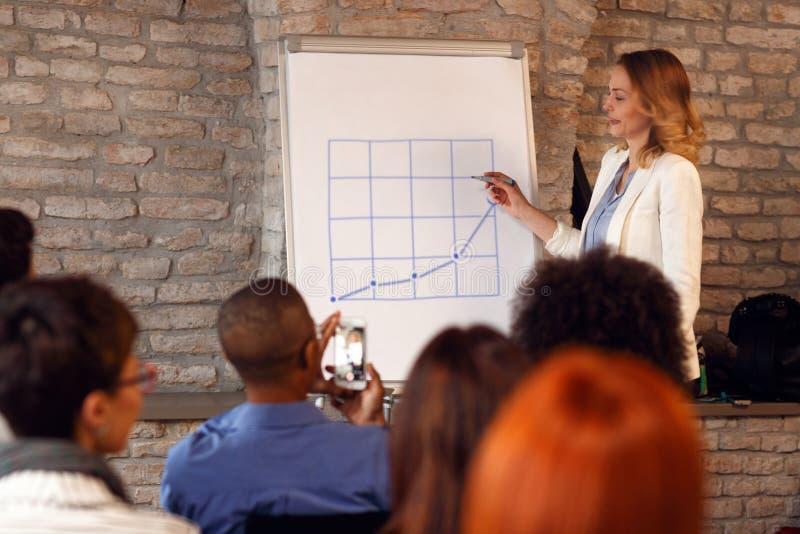 Affärskvinna som har presentation på seminarium om framgång royaltyfria bilder