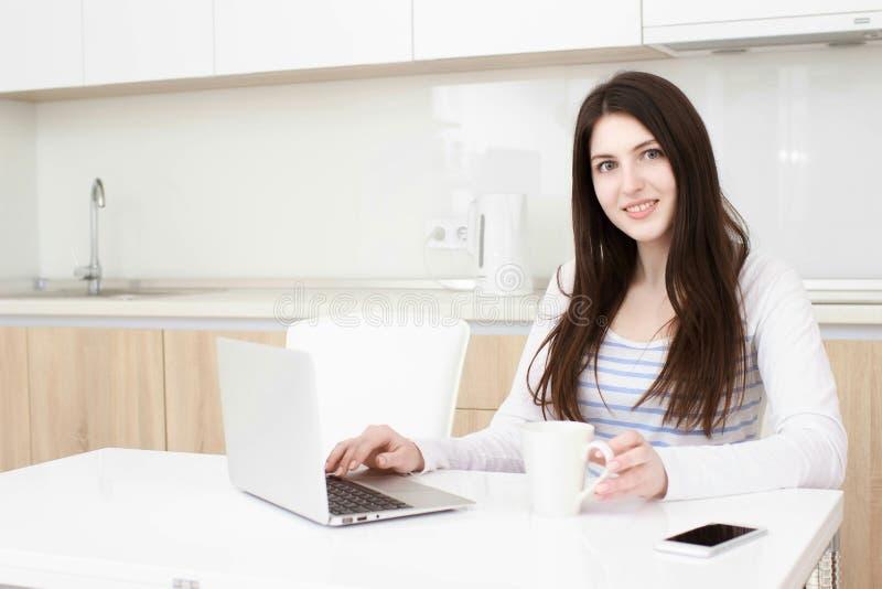 Affärskvinna som hem arbetar från henne multitasking arkivfoton