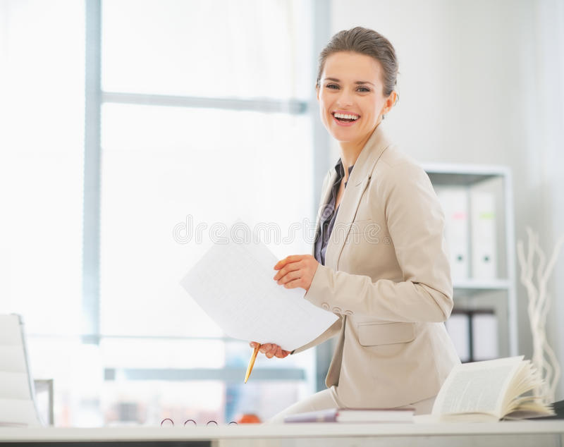 Affärskvinna som i regeringsställning arbetar med dokument royaltyfri bild