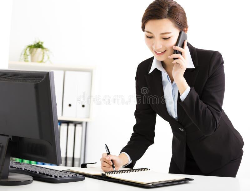 Affärskvinna som i regeringsställning talar på telefonen royaltyfri foto