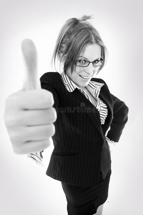 affärskvinna som indikerar ok teckenbarn royaltyfri foto