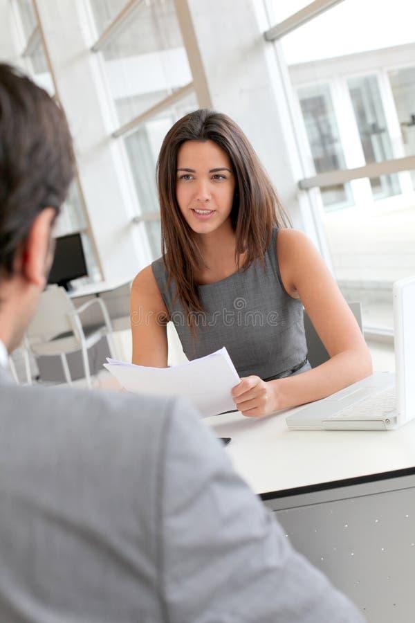 Affärskvinna som intervjuar potentiell framtida anställd royaltyfria bilder