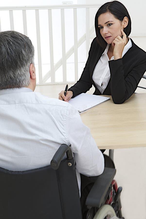 Affärskvinna som intervjuar rörelsehindrat jobb royaltyfria foton