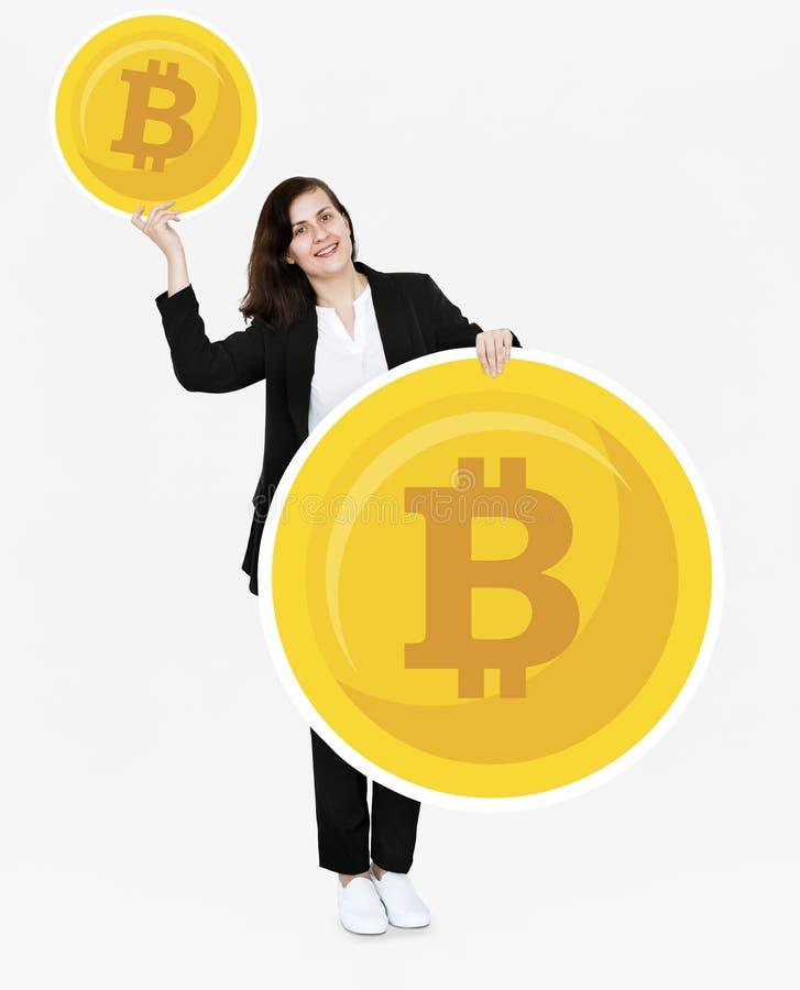 Affärskvinna som investerar i elektronisk kassa för bitcoincryptocurrency arkivbild