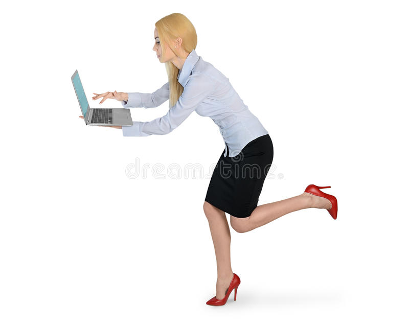 Affärskvinna som körs med bärbara datorn royaltyfri fotografi