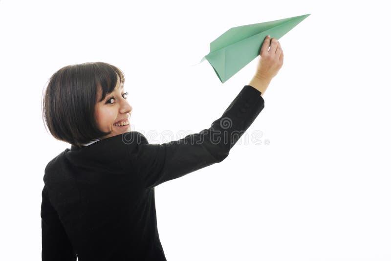 Affärskvinna som kastar det paper flygplan fotografering för bildbyråer