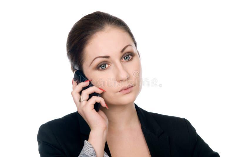 Affärskvinna som koncentrerar på ett mobiltelefonfelanmälan royaltyfri bild