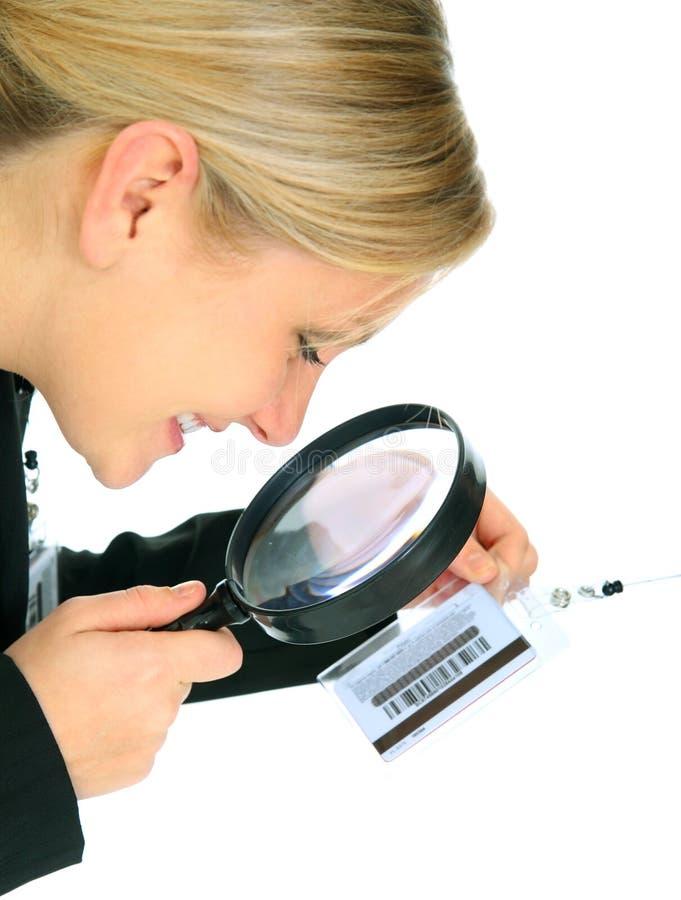 affärskvinna som kontrollerar den name etiketten för closeup arkivbild