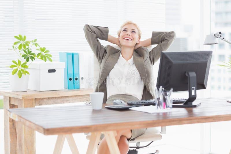 Affärskvinna som kopplar av i en svängtappstol fotografering för bildbyråer
