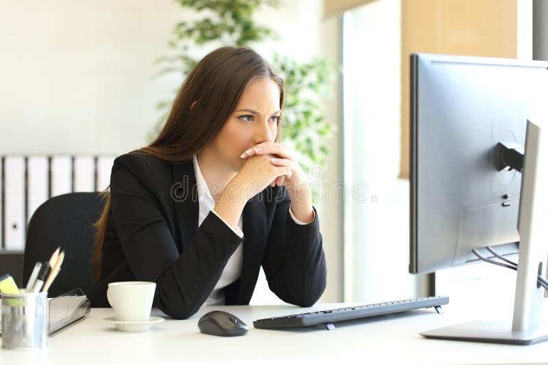 Affärskvinna som löser en svår uppgift royaltyfri fotografi