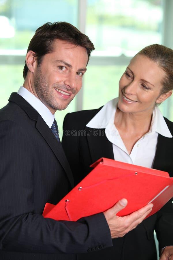 Affärskvinna som ler på affärsmannen royaltyfria foton