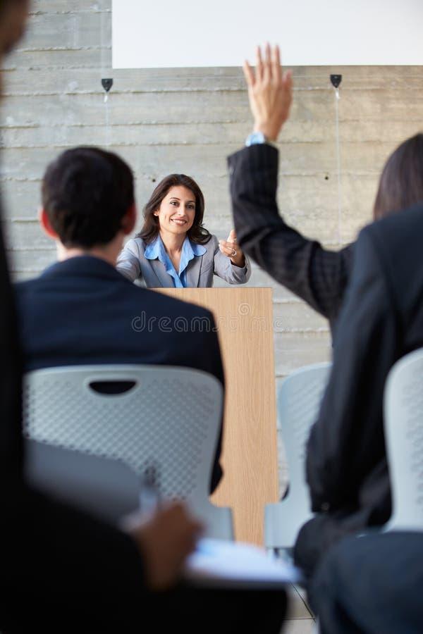 Affärskvinna som levererar presentation på konferensen arkivfoton