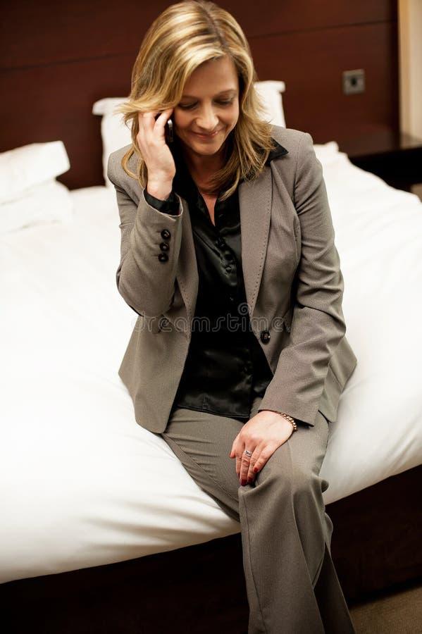 Affärskvinna som meddelar med henne makan arkivfoton