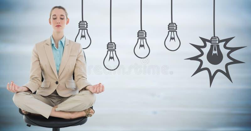 Affärskvinna som mediterar mot oskarpt blått wood panel- och grå färglightbulbdiagram arkivfoto