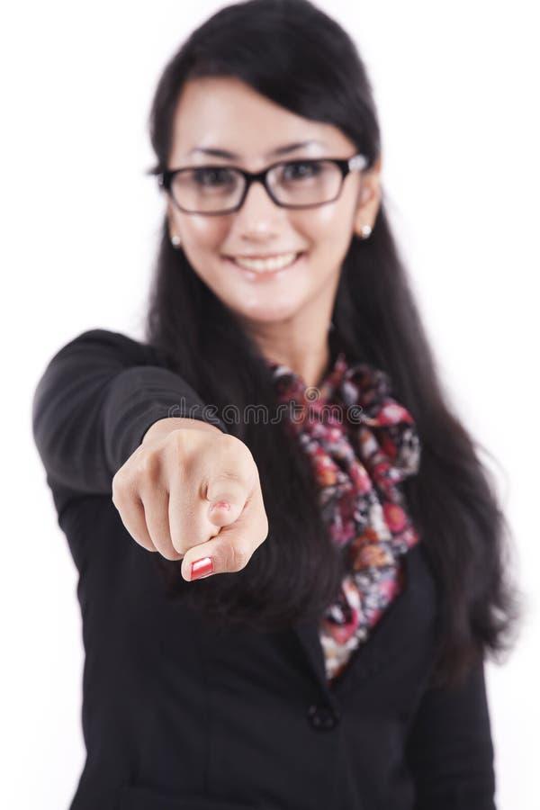 affärskvinna som pekar att le arkivfoton