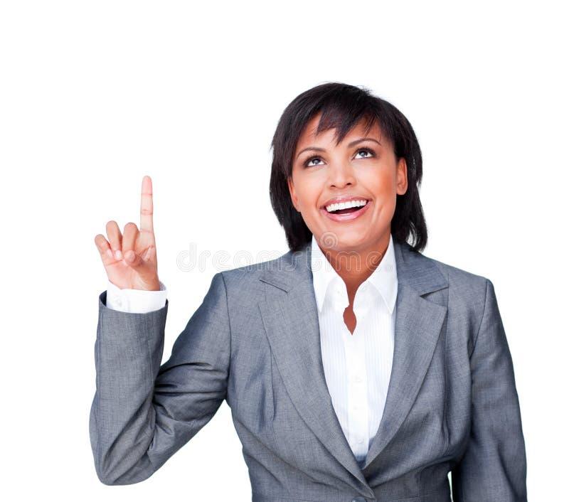 affärskvinna som pekar att le uppåt arkivbilder
