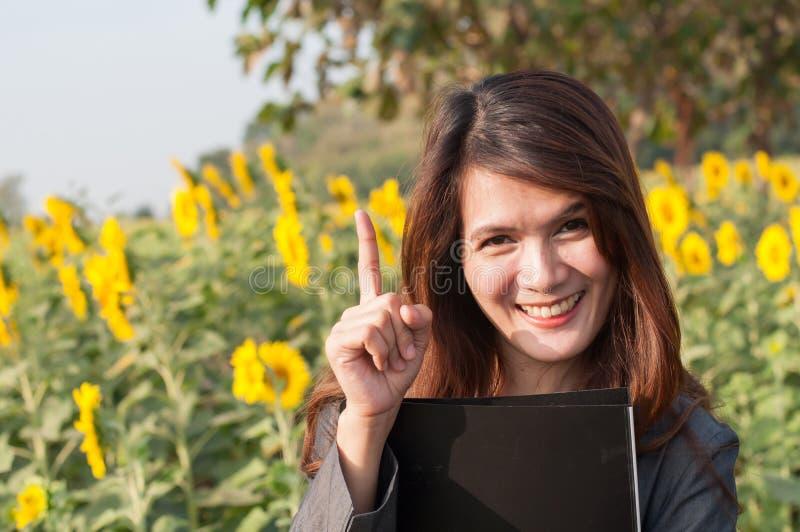 Affärskvinna som pekar en idé arkivbild
