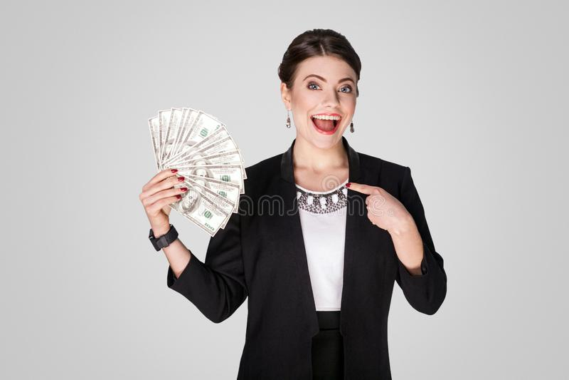 Affärskvinna som pekar fingret på kassa, dollar royaltyfri foto