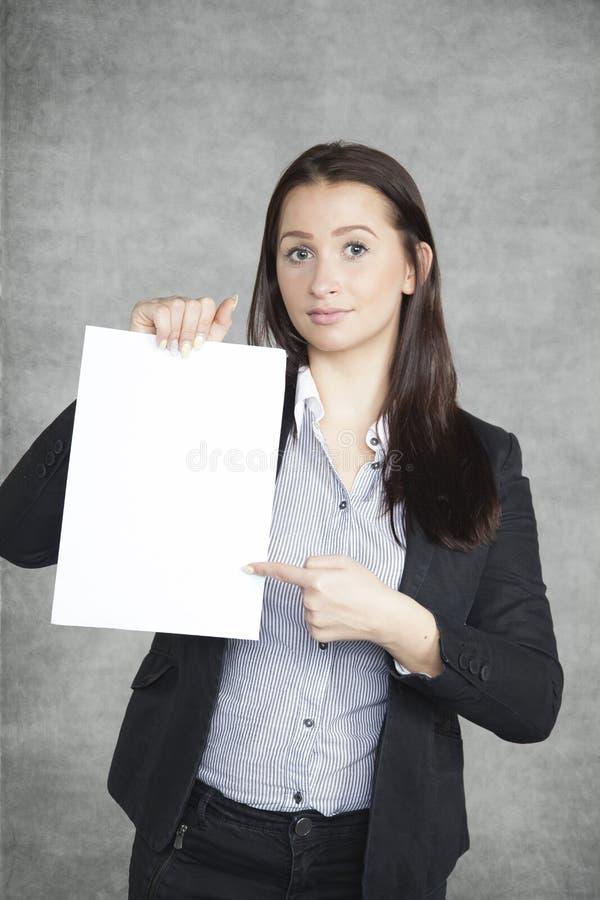 Affärskvinna som pekar på papperet royaltyfri foto