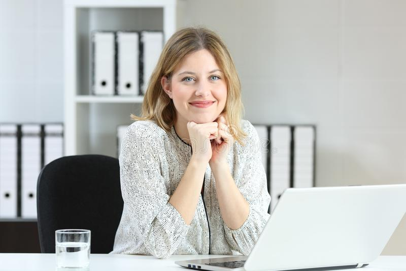 Affärskvinna som poserar se dig på kontoret royaltyfria foton