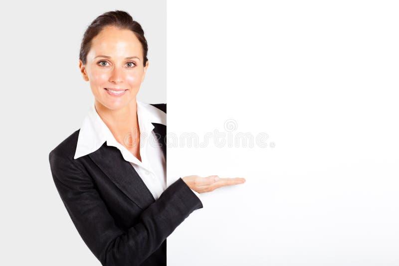 Affärskvinna som presenterar det vita brädet royaltyfri fotografi