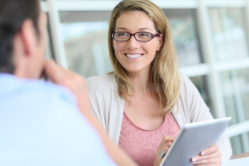 Affärskvinna som råder hennes klient fotografering för bildbyråer