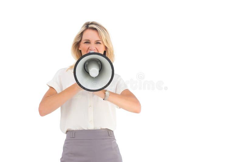 Affärskvinna som ropar till och med megafonen royaltyfri fotografi