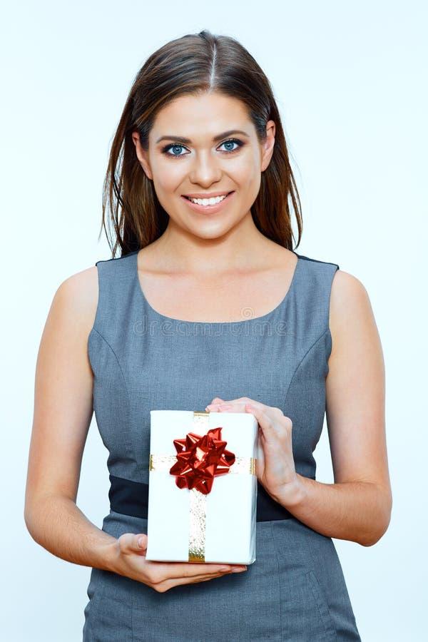Affärskvinna som rymmer den lilla gåvaasken royaltyfria foton