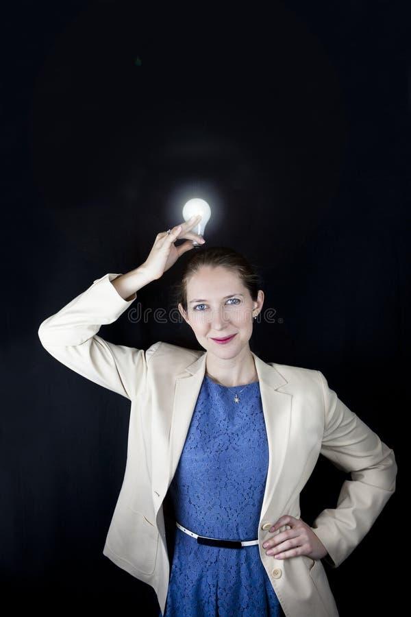 Affärskvinna som rymmer den ljusa kulan fotografering för bildbyråer
