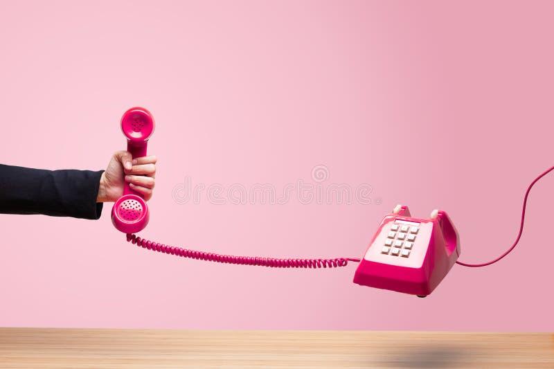 Affärskvinna som rymmer den röda telefonen fotografering för bildbyråer