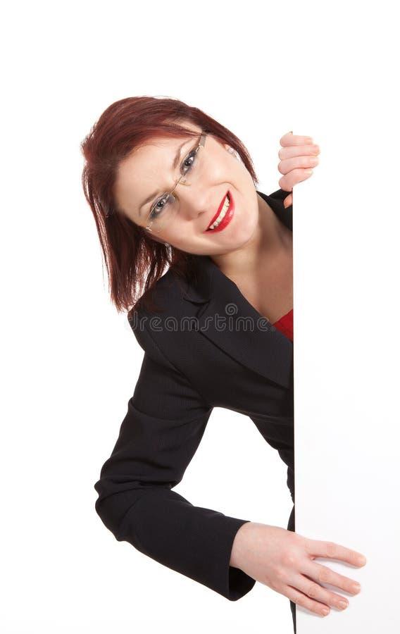 Affärskvinna som rymmer en affischtavla royaltyfria bilder