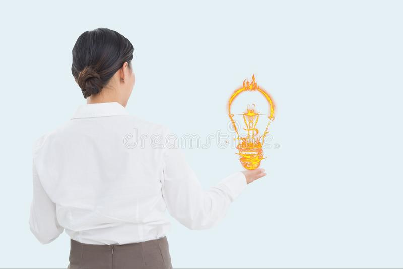 Affärskvinna som rymmer en digital ljus kula med vit bakgrund royaltyfria bilder
