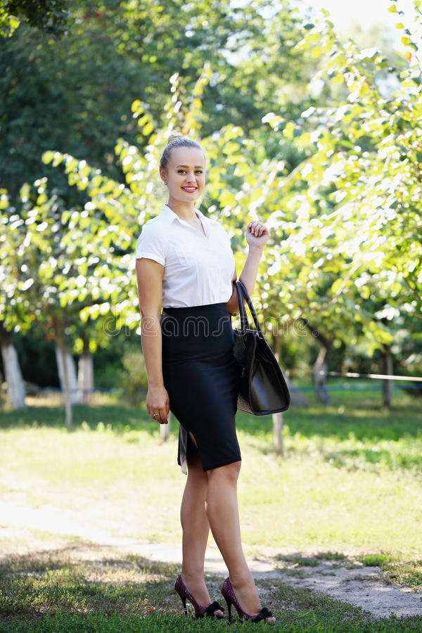 Affärskvinna som rymmer en påse royaltyfri fotografi